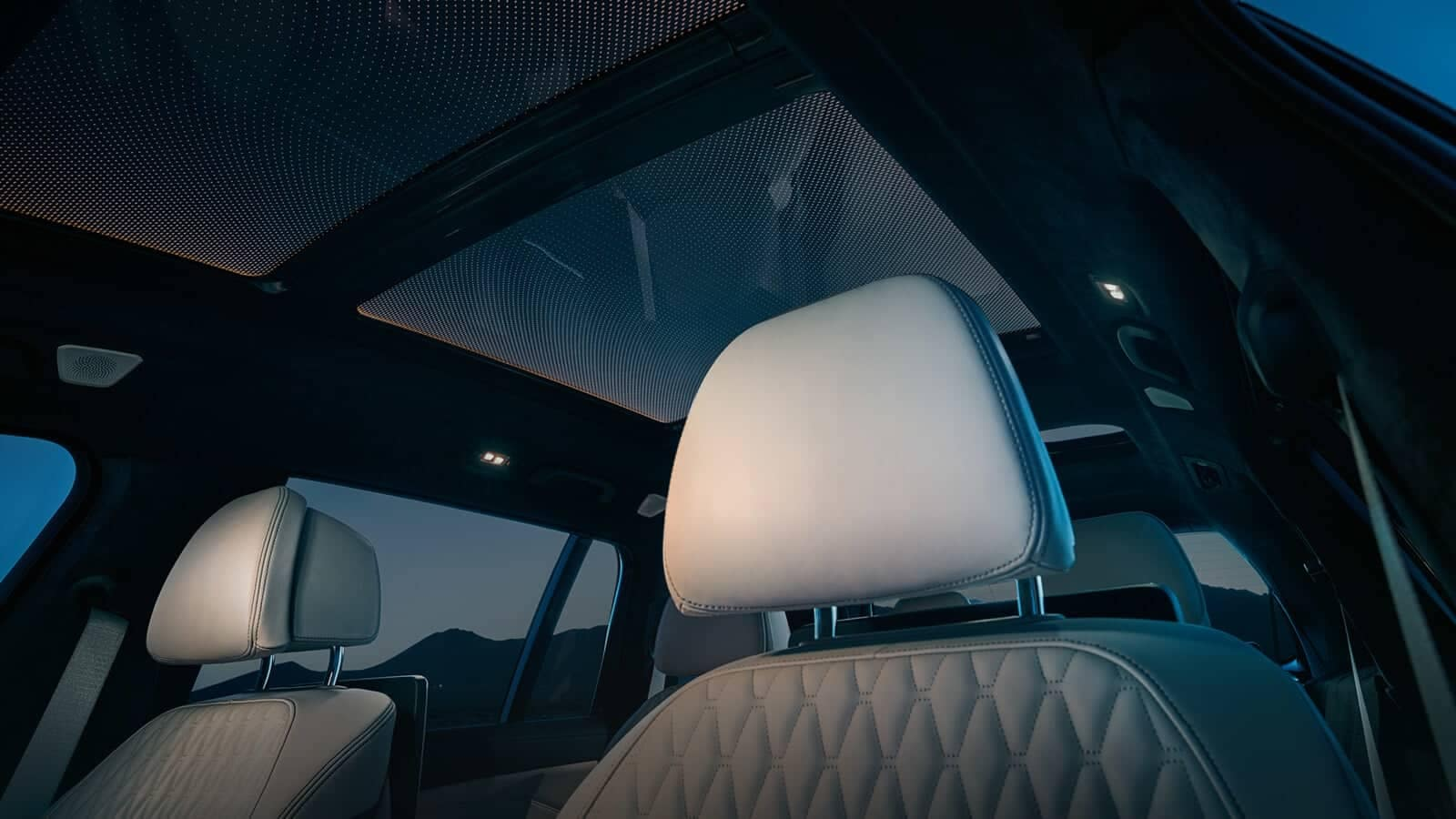 2019-BMW-X7-panoramic-sky-lounge