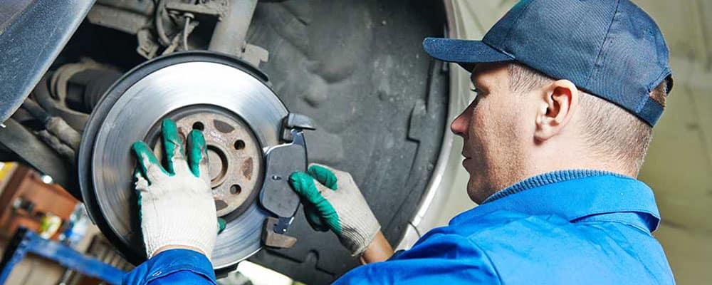Mechanic fitting brake pads