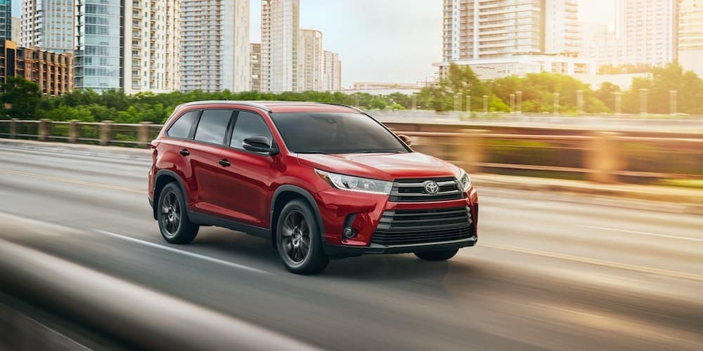 2019 Toyota Highlander SE on Highway near City