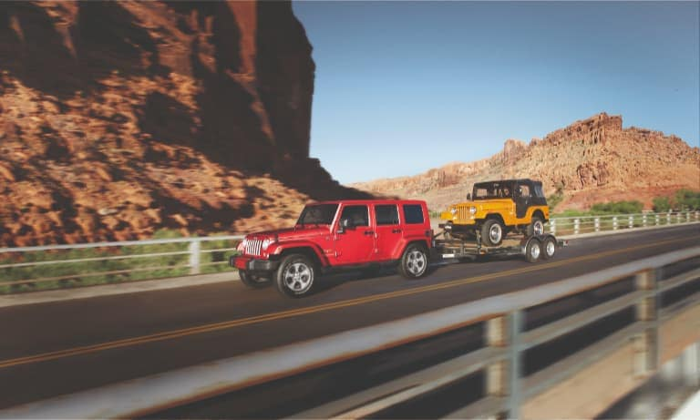 Red Jeep Wrangler Towing na Old School Jeep Wrangler