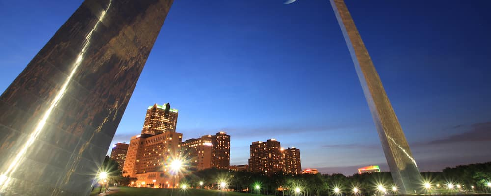 A picture of what you would see if you were standing beneath the St. Louis arch on a summer night.